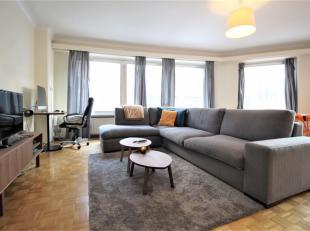 Gerenoveerd en ruim appartement op topligging te koop. Nabij de grote markt van Kortrijk vinden we dit ruime en lichtrijke appartement, voorzien van 2