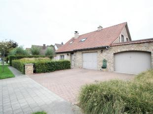 Gezellige warme charmevilla met grote tuin met oprit en garage voor twee wagens !<br /> <br /> Ruime inkomhal met bureelruimte beneden, aangename leef