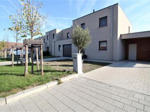 Zeer rustig gelegen halfopen nieuwbouwwoning met 3 slaapkamers te Lauwe !<br /> <br /> Deze woning beschikt over : <br /> <br /> * Inkomhal <br /> * G
