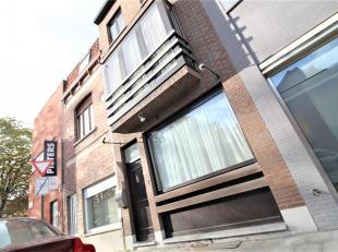 Goed gelegen ruime woning met 4 slaapkamers te Kortrijk !<br /> <br /> Deze woning beschikt over :<br /> <br /> * Inkomhal <br /> * Ruime leefruimte g