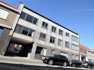 Ruim appartement met 3 slaapkamer en garage te Lauwe !<br /> <br /> Dit appartement beschikt over : <br /> <br /> * Inkomhal<br /> * Gastentoilet<br /