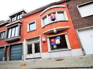 Stevige burgerwoning met ruime garage/atelierruimte !<br /> <br /> Binnen aangename leefruimtes met ingerichte keuken en zicht op de stadstuin !<br />