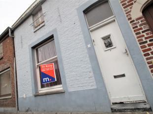 Te renoveren woning met veel mogelijkheden te Kuurne !<br /> <br /> Deze woning beschikt over :<br /> <br /> * Inkomhal<br /> * Leefruimte<br /> * Keu