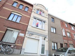 Prachtige volledig gerenoveerde woning met 4 ruime slaapkamers en garage !<br /> <br /> Deze woning beschikt over :<br /> <br /> * Inkomhal<br /> * Ga