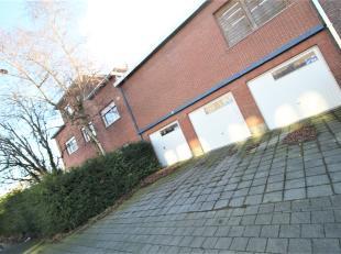 Goed gelegen hoekwoning met drie garages !<br /> <br /> Beneden een grote polyvalente ruimte met binnentuint ideaal voor vrije beroepen, groepspraktij