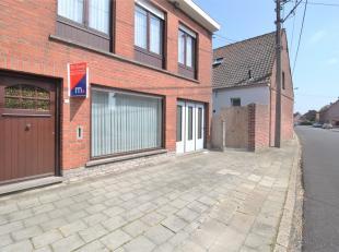 Deze op te frissen doch instapklare woning is gelegen in de Steenstraat 120 te Heule, deze woning biedt:<br /> <br /> - centrale ligging<br /> - open