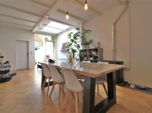Op een boogscheut van het centrum vinden we deze charmante woning met leuke troeven !<br /> <br /> Binnen keuken met aansluitend leefruimte met aangen