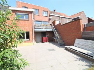 Centraal goed gelegen ruime woning in het hartje van Wevelgem !<br /> <br /> Deze woning beschikt over :<br /> <br /> * Ruime inkomhal<br /> * Berging