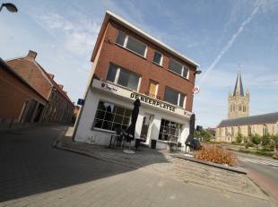 Centraal gelegen handelspand te Hooglede met mogelijkheid tot woonst op de bovenverdiepingen.<br /> Ideaal voor projectontwikkeling  !<br /> <br /> Co