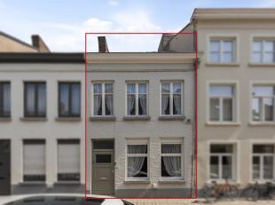 Deze woning is gelegen in het rustige Sint-Annakwartier met een uitzonderlijke en zonnige tuin van 164 m²! Om te voldoen aan de hedendaagse tende