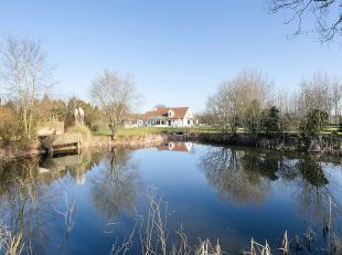Imposant landhuis op 15.168m², centraal gelegen vlakbij de oprit Zedelgem. Een volledig aangelegde tuin, waarbij veel aandacht is besteed aan de