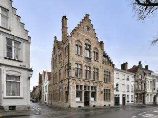 Handelsruimte met klassevolle woonst in centrum Brugge, vlakbij de Carmersbrug. Het prachtige, lichtrijke woongedeelte, gelegen op de eerste verdiepin