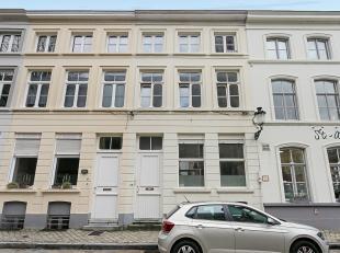 Deze instapklare stadswoning is gelegen in het Sint-Annakwartier, dichtbij scholen, winkels, openbaar vervoer. De interessante indeling van de woning