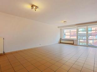 Mooi en zeer ruim instapklaar appartement gelegen op de derde verdieping pal in het centrum van Roeselare. Ideale locatie op wandelafstand van diverse