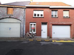 Deze knusse woning met drie slaapkamers bevindt zich pal in het centrum van Torhout. De woning biedt U o.a. een knusse leefruimte met open keuken en b