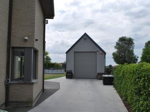 Deze nieuwbouwloods werd pas vorig jaar geplaatst. Op het gelijkvloers is er een oppervlakte van 100m² en op het eerste verdiep is er nog eens 60