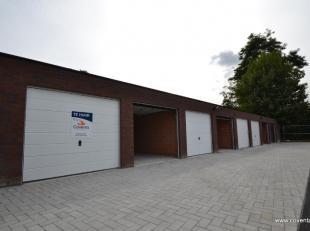 Nabij het centrum gelegen nieuwbouw garage te huur-oppervlakte: 3,47m op 5,5m-gemetste garage met manuele sectionale poort-onmiddellijk vrij