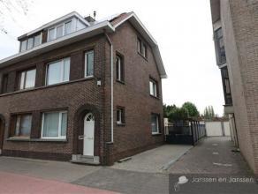 Charmante woning met 4 ruime slpkmrs nabij het centrum van Wommelgem Indeling: Gezellige leefruimte met een mooie gashaard op een tegelvloer. Open keu