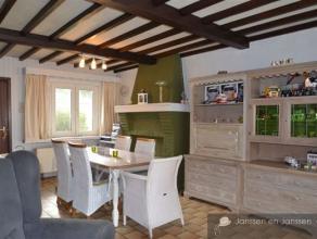 Deels gerenoveerd huis met tal van mogelijkheden. Op het gelijkvloers zijn er keuken, living en bijkeuken die eventueel als gemeenschappelijke ruimte