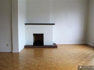 Goed onderhouden appartement 2slpks, 4eV nabij Harmoniepark te Antwerpen bestaande uit: inkomhal. Living van 40m², op parketvloer. Keuken van 8m&