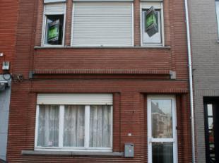 Ruime, licht op te frissen gezinswoning op het Becker Remyplein. Enkele troeven: 3 ruime slaapkamers (en mogelijkheid tot extra kamer of badkamer), co