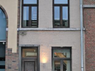 Achter deze bescheiden gevel, schuilt een verrassend lichtrijke en smaakvolle gerenoveerde woning.Ideaal voor mensen die in het centrum van Leuven wil
