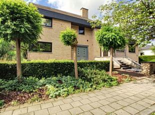 Smaakvolle villa met een nuttige vloeroppervlakte van maar liefst 472m².Deze zeer ruime woning met dubbele inpandige garage kan dienst doen als g