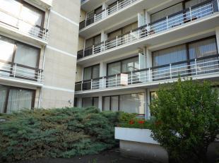 Dit appartement op de 1ste verdieping bestaat uit een inkomhal, living, keuken, berging, badkamer, 2 slaapkamers, terras, kelderberging en garage.<br