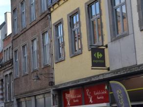 ''Rue d'Havré 18/10. En plein centre ville, très bel appartement de 84 M² comp. : hall, 2 chambres, wc, sdd, buanderie, séjo