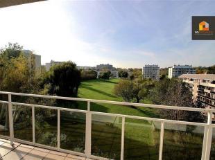 Situé au 5 ème étage d'un immeuble avec ascenseur, ce bel appartement vous offrira un confort de vie grâce à son lum