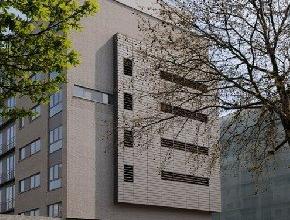 Appartement avec petite terasse dans un immeuble situé à proximité du parc Josaphat et du centre sportif Kinetix, comprennant: Cu