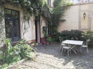 Entre le Palais de Justice et la place du Jeu de Balle, maison de +/- 120 m² comprenant un salon, une cuisine super équipée, trois