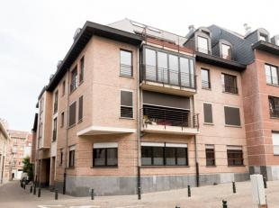 In het centrum van de stad, dichtbij de Zavel, uitzondelrijk en aangenaam twee slaapkamers appartement van 135 m². Dit appartement bestaat uit ee