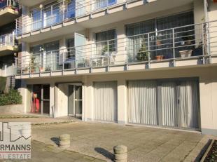 Proche du Boulevard Edmond Machtens, dans un quartier très résidentiel et vert, bel appartement trois chambres de 178 m². Actuellem