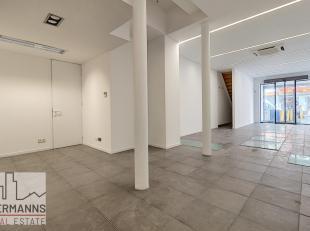 Commerce entièrement rénové avec de belles surfaces, lumineuses et spacieuses. Il se compose comme suit: une surface commerciale
