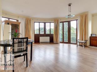 A deux pas de l'Hippodrome de Boitsfort, quartier de Boondael, lumineux appartement 3 chambres de 110 m². L'appartement se compose comme suit : s