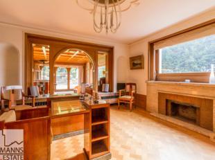Dans le quartier verdoyant de l'Atomium et des Serres Royales, proche de Pagodes, magnifique villa de type Art-Deco de 642 m². Elle comprend de s