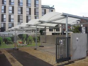 Wij hebben nog enkele autostaanplaatsen te koop, voorzien van 1 gemeenschappelijke, elektrische poort.<br /> Ze behoren tot het appartementsgebouw dat
