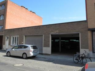 Goed gelegen en makkelijk bereikbaar magazijn met bureelruimte en sanitair, van ong. 200 m² met twee grote poorten, gelegen op korte afstand van
