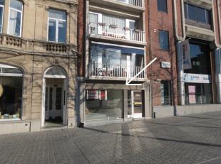 Handelsruimte van ca. 90m², met sanitaire ruimte en keukenblok.<br /> Zéér goed gelegen: op het Ladeuzeplein (met ondergrondse park