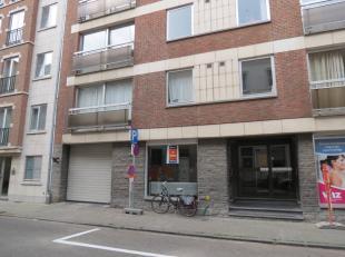 Gelijkvloerse handels- kantoorruimte in een appartementsgebouw, bestaande uit de kantoor- of handelsruimte, wc, keukentje en kelder.<br /> <br /> Geme