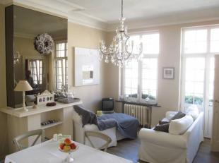 Aangename, lichtrijke en onbemeubelde flat van ca. 55m², op de 2° verdieping, over een volledige verdieping van een herenhuis. Met een living