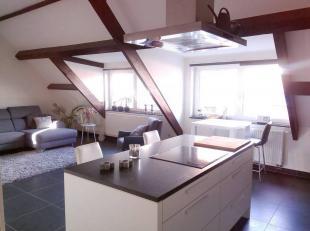 Dit betreft een recentelijk gerenoveerd appartement; gelegen op de derde verdieping. <br /> Het omvat een living met een open, compleet geïnstall