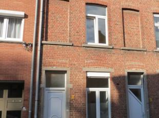 Gezellig rijhuis in een rustige straat in het centrum van Leuven.<br /> Bestaande uit: inkomhal, keuken, leefruimte, wc, gesloten veranda en leuk koer