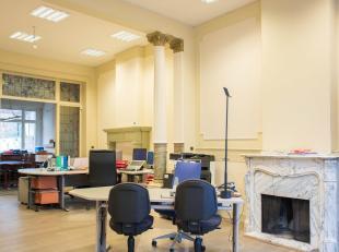 In deze mooie herenwoning hebben we een karaktervolle kantoorruimte te huur. Er is een aparte vergaderruimte, keuken en toilet aanwezig. De hoge plafo