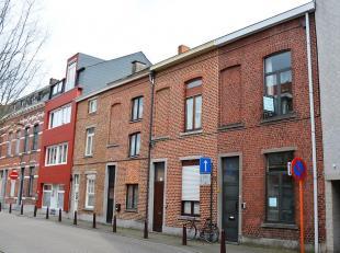Deze rijwoning, gelegen in het centrum van Leuven, beschikt over vier slaapkamers waarvan drie met een hoogslaper. Wanneer je de woning binnenkomt lig