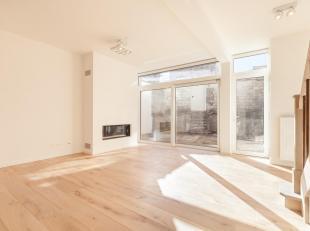Dit duplex-appartement biedt u hoge plafonds, houten vloeren en prachtige kroonlijsten! De gelijkvloerse verdieping baadt door de grote raampartijen e