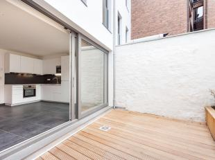 Gelegen op een absolute toplocatie baadt deze volledig vernieuwde woning in het licht door de mooie raampartijen, de goede oriëntatie en de stijl