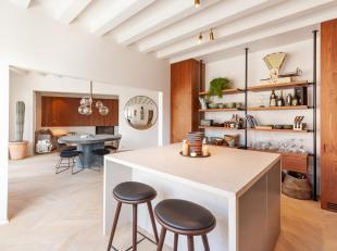 Dit schitterende appartement werd recent met oog voor detail van A tot Z zeer luxueus gerenoveerd. Het zicht op de historische binnenstad, de prachtig