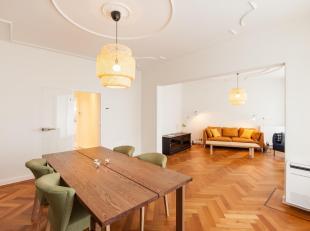Dit luxueuze appartement werd recent volledig gerenoveerd met hoogwaardige materialen. De prachtige houten vloer, het zicht op Leuvens mooiste histori